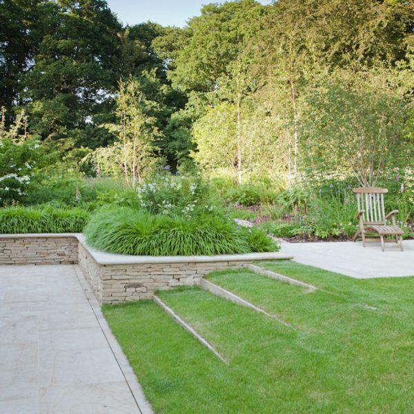 محوطه سازی باغ با چمن